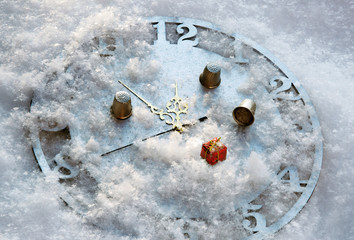 The game in a thimble on the clock in the snow before the New Ye