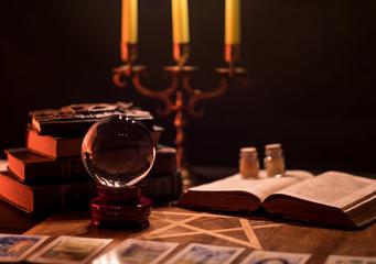 Bücher des Satanismus und der Wahrsagerei