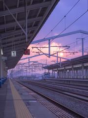 続く線路と夕日