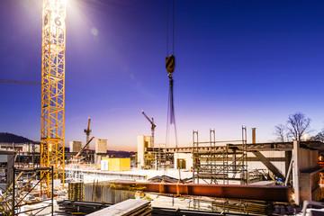 Nachtarbeit im Baugewerbe; Baustelle, Baukran mit Armierungseisen