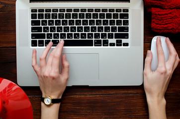 Девушка работает на ноутбуке, крупный план, вид сверху.