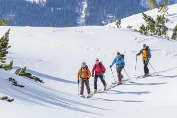 eine Gruppe Skibergsteiger