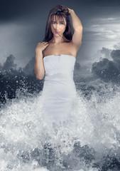 scène fantastique d' une femme sortant de l' eau