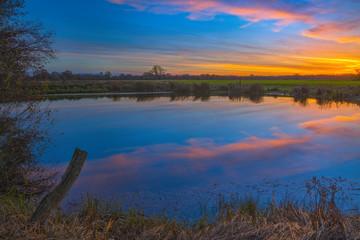 Elbtalaue im November / Sonnenuntergang über der Niedersächsischen Elbtalaue. Aufgenommen in der Nähe von Predöhlsau (Landkreis Lüchow-Dannenberg, Niedersachsen).