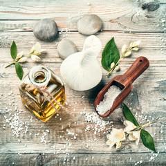 Zdrój z olejkiem jaśminowym i kwiatami. Wellness con