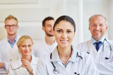 Ärztin vor ihrem erfolgreichen Team