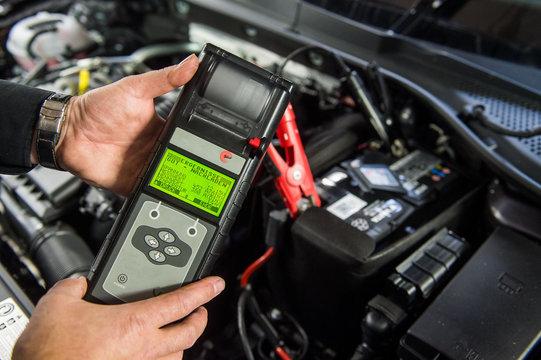 Spannung einer Autobatterie prüfen - messen