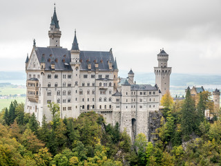 Fototapeten Schloss Neuschwanstein castle under cloudy sky