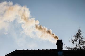Obraz dym z komina - ogrzewanie domu zimą - fototapety do salonu