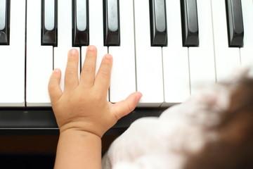 ピアノを弾く幼児の手
