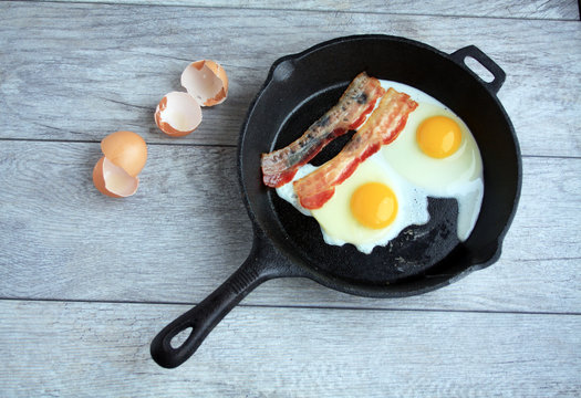 Eggs and bacon in a cast iron skillet
