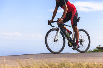 Man op een fiets op een weg tussen de prachtige bergen
