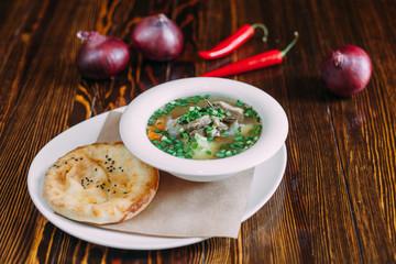 Блюдо еды на деревянном фоне