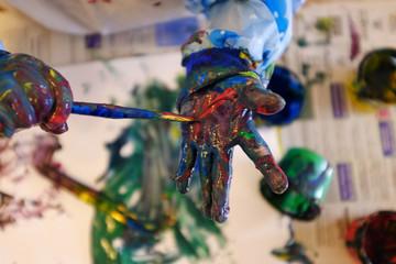 Bemalte Kinderhände mit wasserlöslicher Fingerfarbe