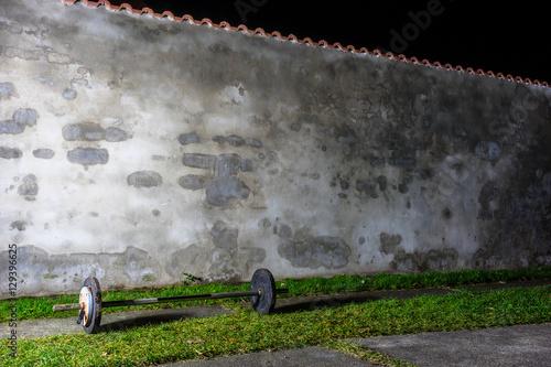 langhantel vor einer mauer stockfotos und lizenzfreie bilder auf bild 129396625. Black Bedroom Furniture Sets. Home Design Ideas