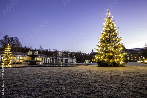 beleuchteter weihnachtsbaum am kurhausplatz in wiesbaden. Black Bedroom Furniture Sets. Home Design Ideas