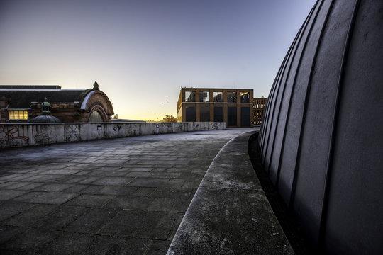Sonnenaufgang am Bahnhof in Wiesbaden vom Dach eines Einkaufszentrums aus beobachtet