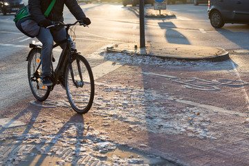 Radweg morgens im Winter