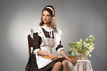 Красивая девушка в школьном платье, выпускница колледжа.