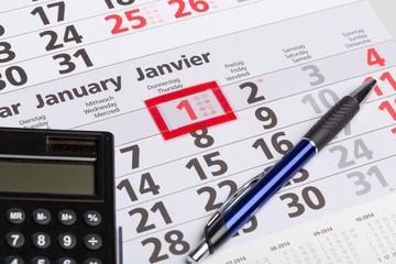 Kalenderblatt mit Jahresanfang und Taschenrechner und Stift