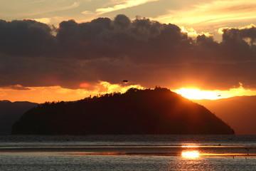 竹生島と夕日