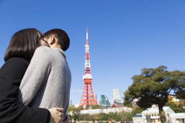 カップル 恋人 男女 抱擁 告白 外 公園 快晴 青空