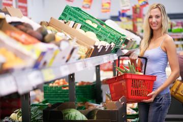 Frau mit Einkaufskorb im Suppermarkt