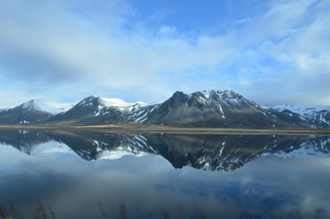 In de dag Reflectie Mountains Reflecting in the Water on Snaefellsnes Peninsula