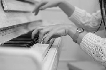женские руки на клавишах рояля