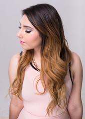 Chica mirada de perfil en fondo blanco