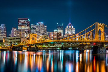 Fotomurales - Rachel Carson Bridge (aka Ninth Street Bridge) spans Allegheny river in Pittsburgh, Pennsylvania
