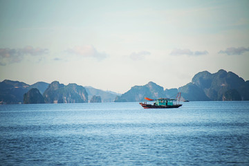 Photo sur Aluminium A fishing boat in Ha Long Bay at dusk