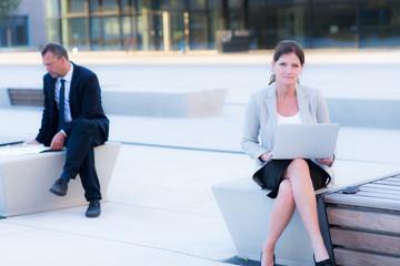 businessfrau mit laptop outdoor