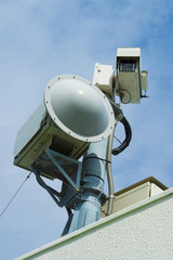 空港に設置された監視カメラとレーダー