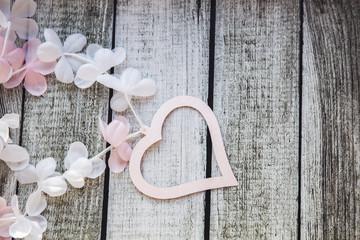 Розовые и белые сердечки и цветы на деревянном столе на День Святого Валентина