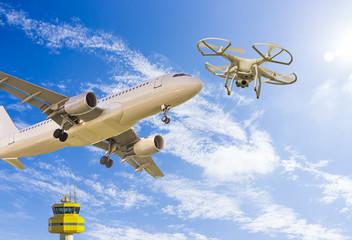 Drohne fliegt nah an ein Passagierflugzeug  beim Start auf dem Flughafen