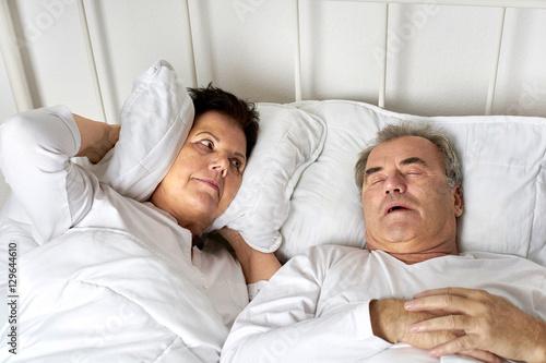 senioren im bett mann schnarcht frau ist genervt stockfotos und lizenzfreie bilder auf. Black Bedroom Furniture Sets. Home Design Ideas