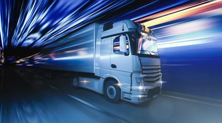 LKW fährt schnell durch die Nacht