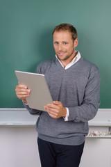 lächelnder lehrer mit tablet-pc