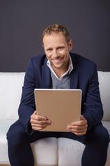 lächelnder mann mit tablet