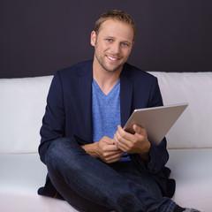 lächelnder mann mit tablet-pc