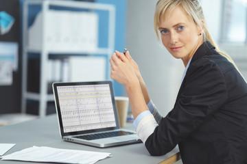 junge mitarbeiterin im büro arbeitet an einer kalkulation