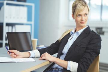 junge mitarbeiterin im büro schaut in gedanken zur seite