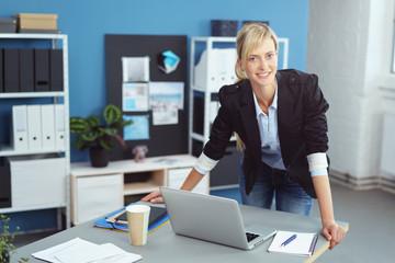 motivierte junge mitarbeiterin im büro