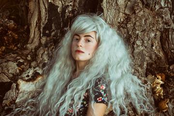 Retrato de una adolescente amante de la naturaleza con piercings y el pelo blanco