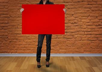 Afiş Tutan Kadın, Kırmızı Pano