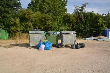 contenedores de basura llenos