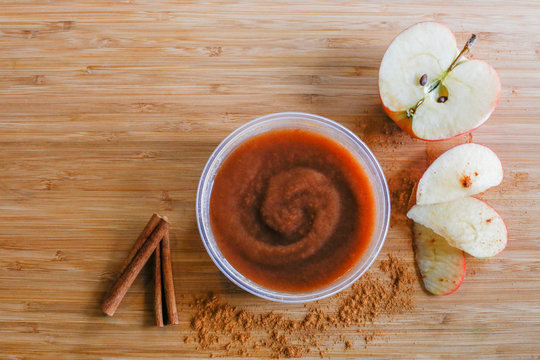 Apple butter with apple slices and cinnamon sticks