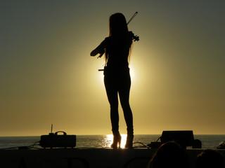 La muchacha brinda un concierto de violín.