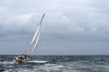 voilier dans le mauvais temps,archipel des glénan